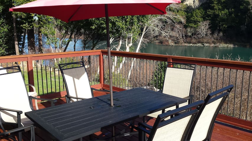 Redwood Coast River House-Big Deck, River, Hot Tub - Crescent City - Hus