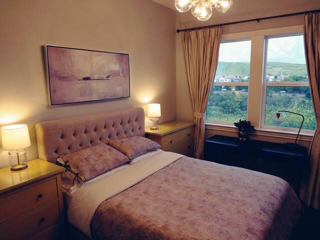 Bright Bed & Bath /w a view