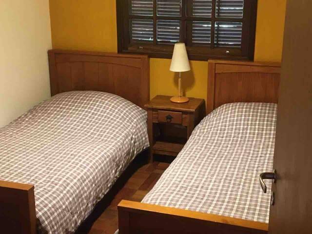 Quarto com duas camas de solteiro