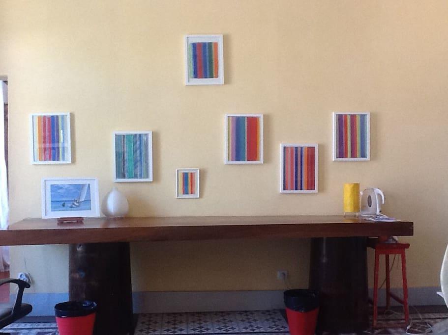 Le plateau en teck, donnant l'espace pour travailler, étudier.