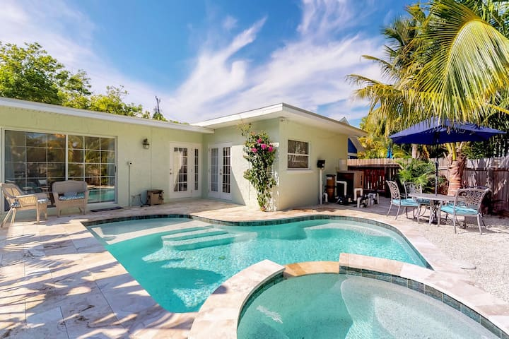 Newly remodeled cottage w/private pool and easy beach access.