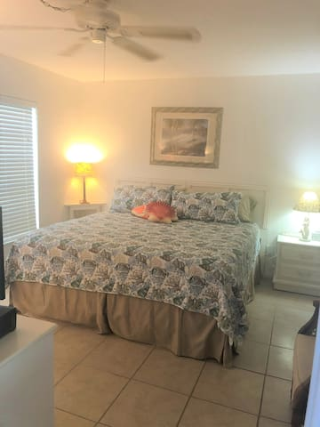 King size bed bedroom