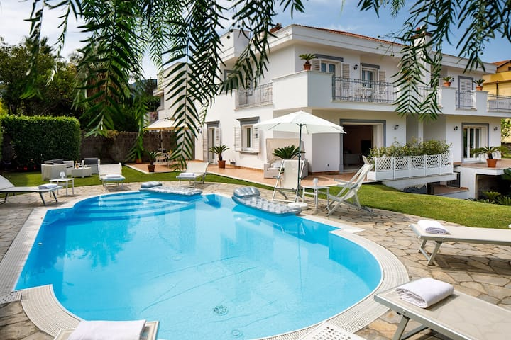 AMORE RENTALS - Villa Lia with Private Pool, Garden and Parking