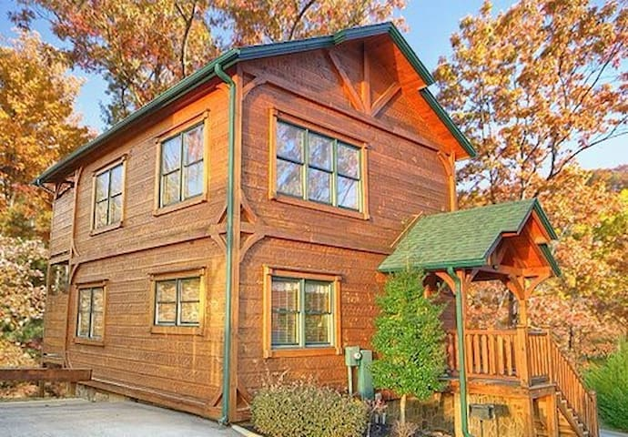 Gatlinburg Rising!  Luxurious 2Bed/2Bath Cabin - Gatlinburg - Hytte