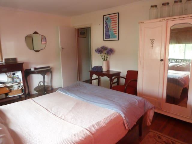 Big quiet cosy room -  3min walk to main st Mullum