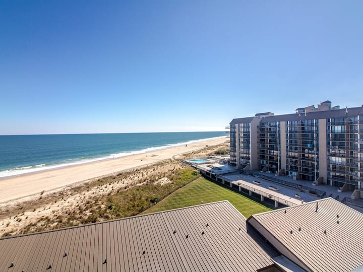Sea Colony 8th floor condo w/ gym, pool, and shared sauna - ocean view!