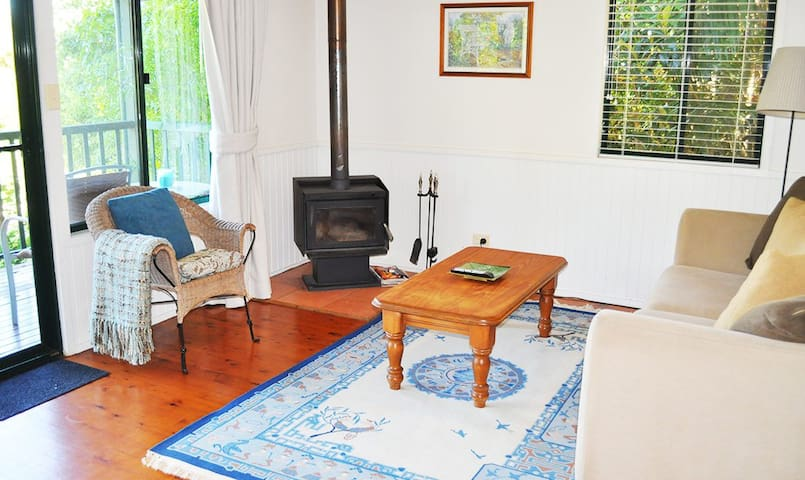 Lorikeet Luxury Cottage features a fireplace