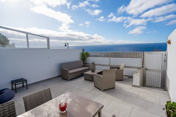 Luxurious apartment, large terrace and sea views