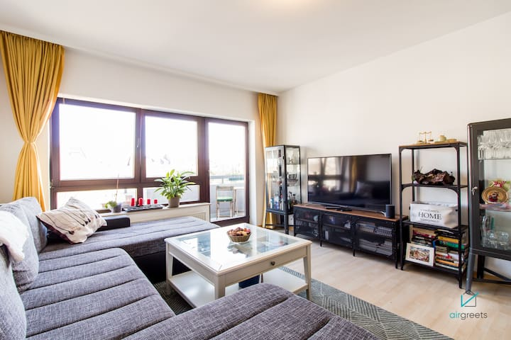 1 BEDROOM APARTMENT WITH BALCONY RIGHT IN THE CITY