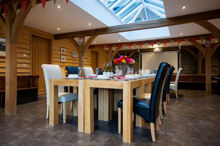 5* converted barn with Great Hall sleeps 37