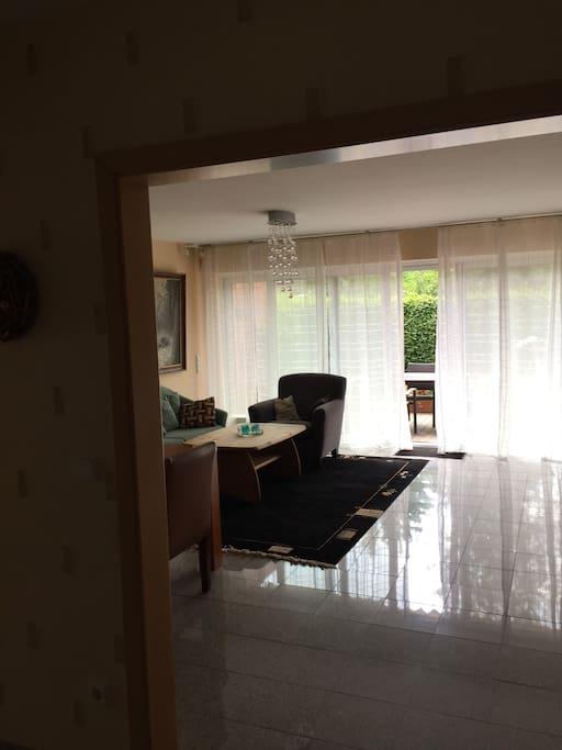 Blick in das Wohnzimmer von der Küche