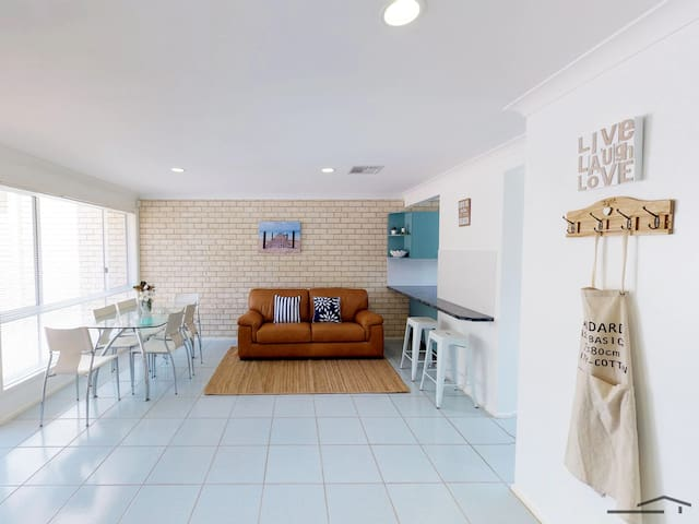 WITHIN 1 MINUTES WALK TO FINGAL BAY BEACH!