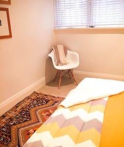 Bondi Yellow Room, metres to beach - Bondi Beach - Apartment