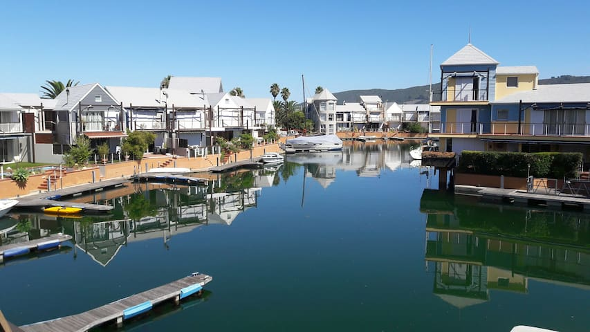 Marina facing room at the Knysna Quays - Knysna - House