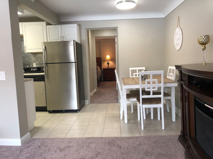 Large 1 Bedroom Apt - Full Kitchen - Sleeps 4