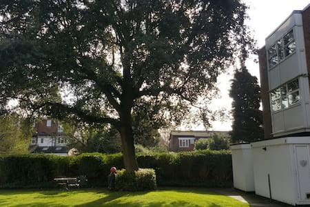 Beautiful 2 Bedroom Appartment in Hampton Hill - Greater London - Wohnung