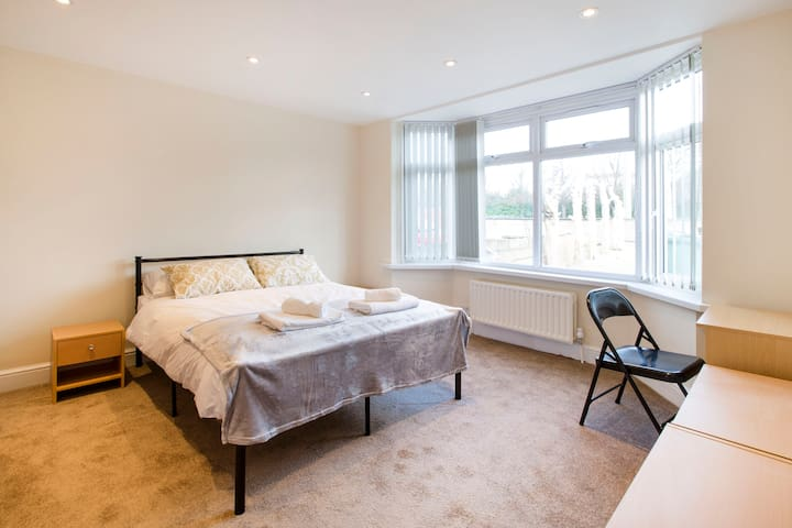 Oxford Business Park Apartments + Parking + WiFi