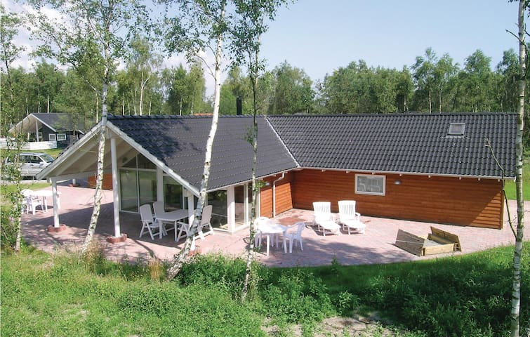 Holiday cottage with 5 bedrooms on 156m² in Væggerløse