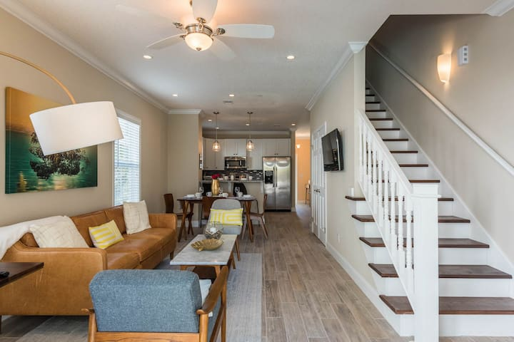 Welcoming home w/ shared pool boasts great Old Town location - dogs welcome!