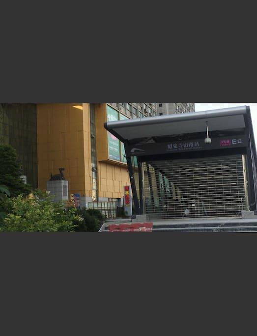 从地铁三号线昭觉寺南路站E出口出来就到了