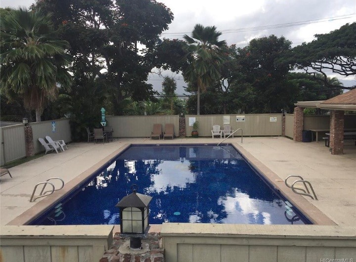 Split level townhouse in Kailua with pool access