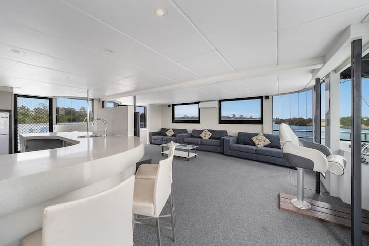 The Prestige - Luxury Gold Coast Houseboats with SPA