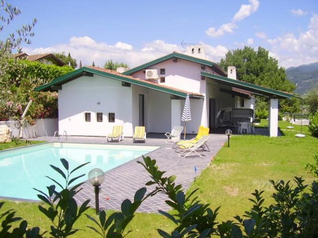 Charming modern villa with a large garden and pool - San Felice del Benaco (BS) - House