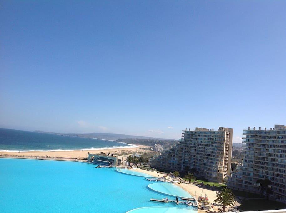 Gran piscina y playa, cuenta con piscina temperada también