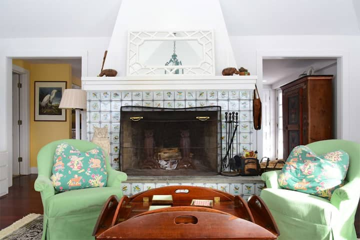 CHARMING, Large Fireplace, VIEWS For Miles, Come RELAX