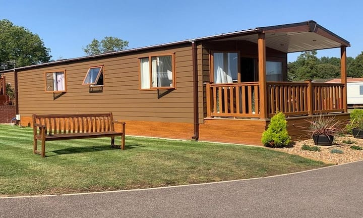 Luxury lodge in rural Norfolk near Norwich with lake views & fishing ref 16018H