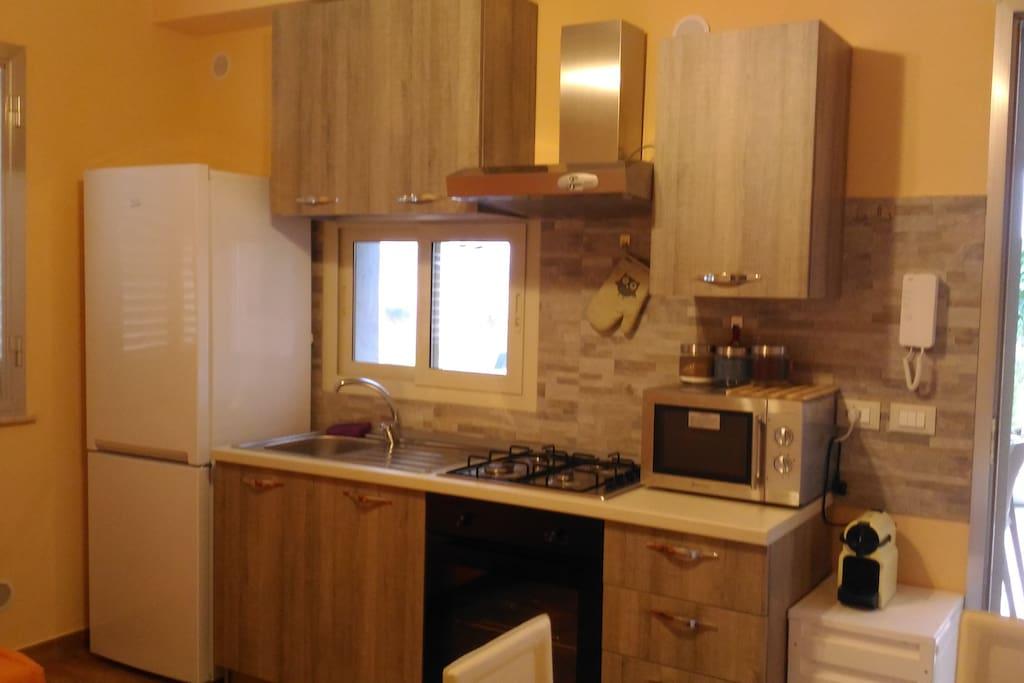 Cucina completa nuova con frigo maxi.