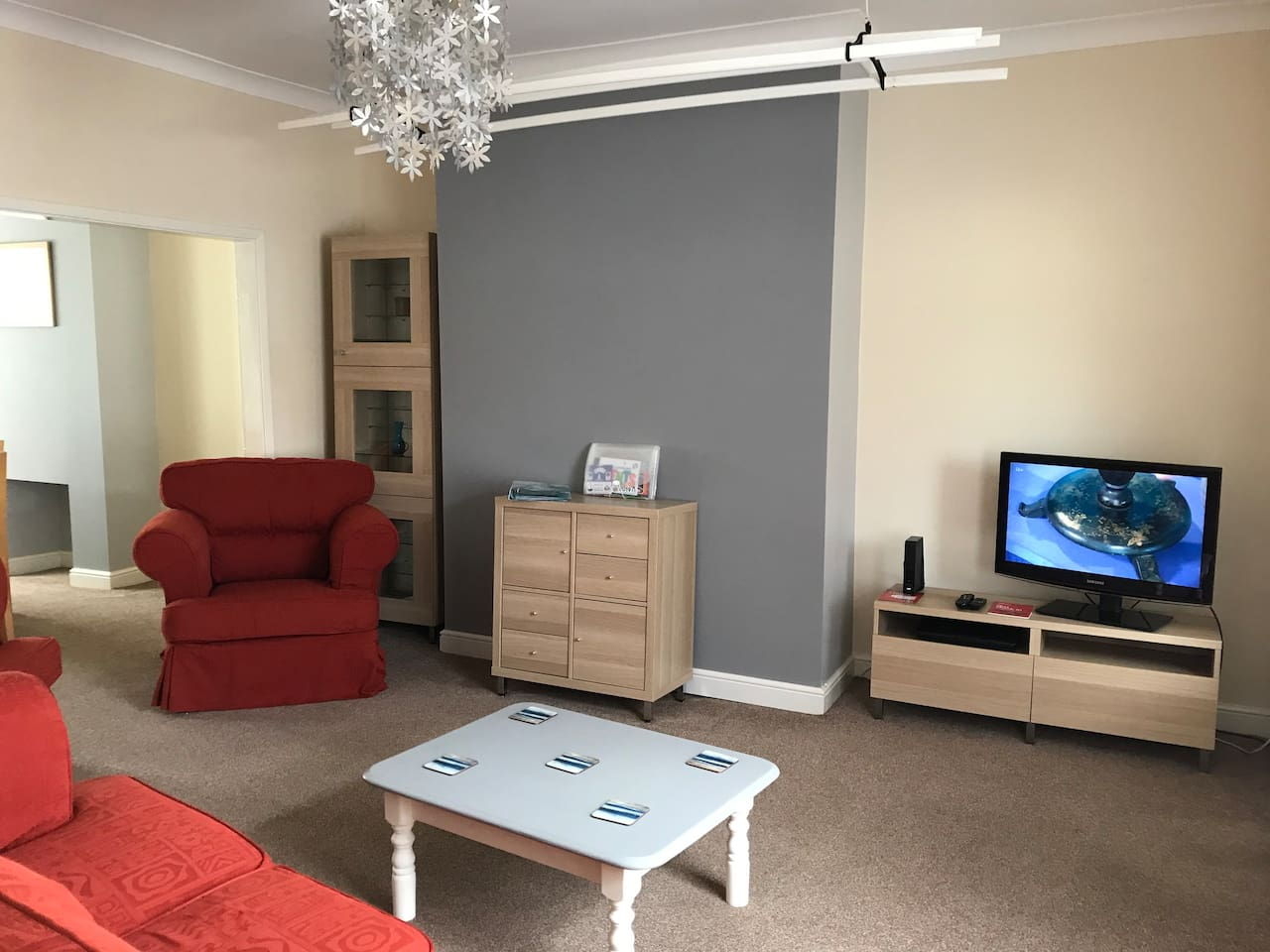 Spacious Living Room with Cable TV and WiFi