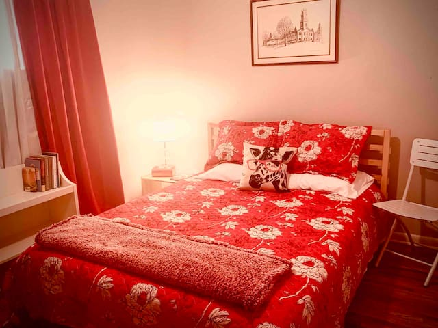 Comfortable, Clean, Safe private bedroom Red Room
