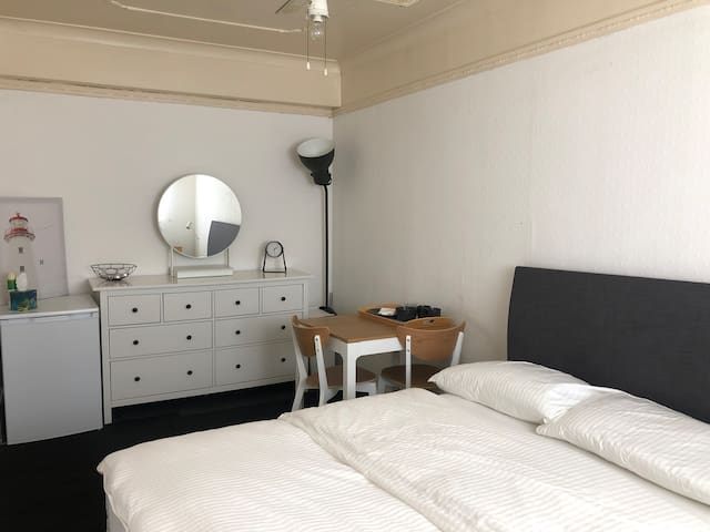 Double room to let near Lakeside Shopping Centre