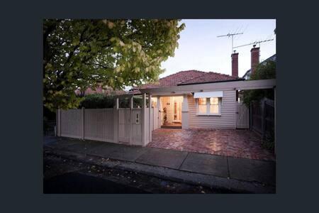 Large comfortable room in delightful Yarraville - Yarraville