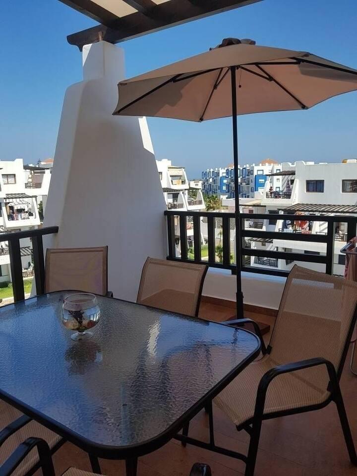 Terrasse avec une belle vue sur piscines montagne et la mer méditerranée