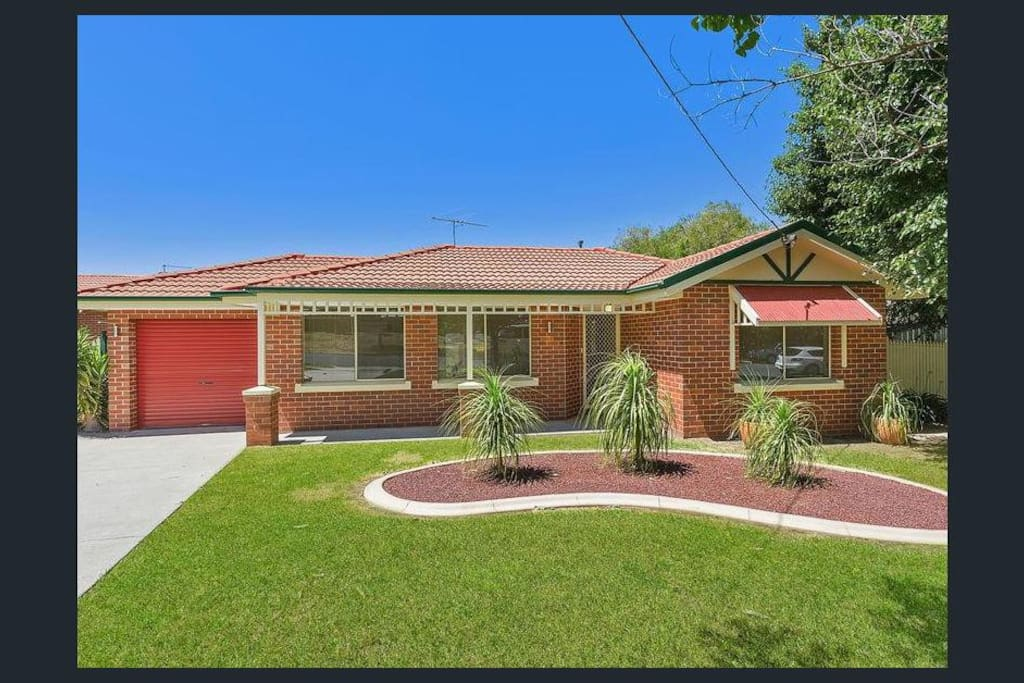 Lovely Townhouse - 5 mins drive to CBD, pool and sporting precinct