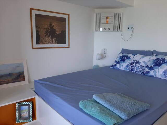 O quarto com cama elevada com vista do mar!