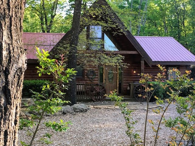 Real Cabin that soars above the rest! Hot Tub, High end decor, Loft, Gametable - Ridgedale - Cabaña