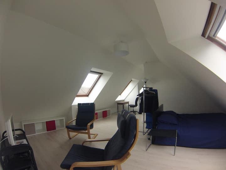 Vaste studio lumineux, proche RER et commerces