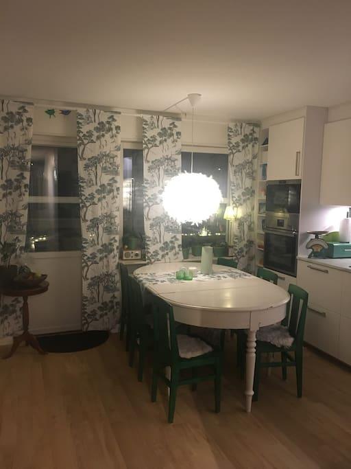 Stora fönsterpartier i kök
