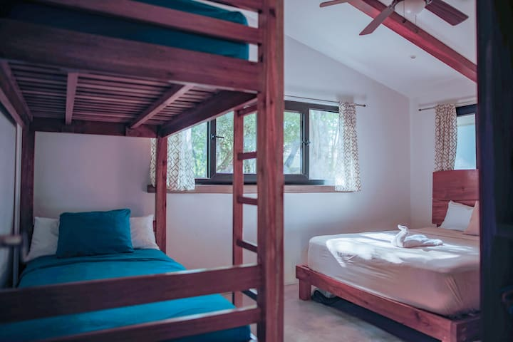 El Nino - A cozy room with a very comfortable Queen bed mattress and bunk beds.  There is plenty of storage and your own bathroom with a hot shower, just located next to the room.