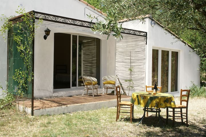 Cushy Villa in Vergèze with Fenced Garden, Terrace, Barbecue