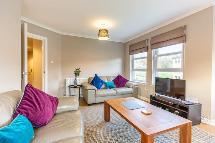 Cracking 2 bedroom west end flat with parking