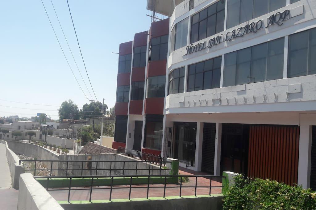 Fachada externa del Hotel, más abajo el Barrio San Lázaro