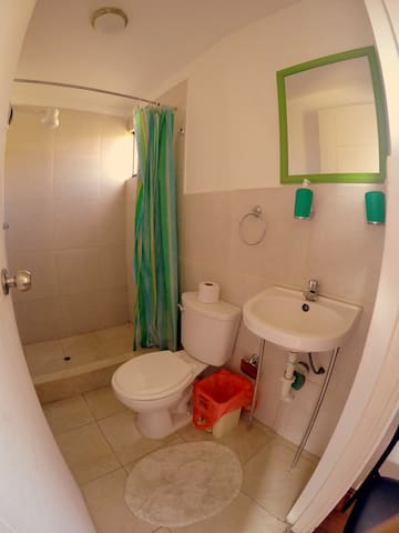 Single Room with Private Bathroom / Habitación Individual con Baño Privado