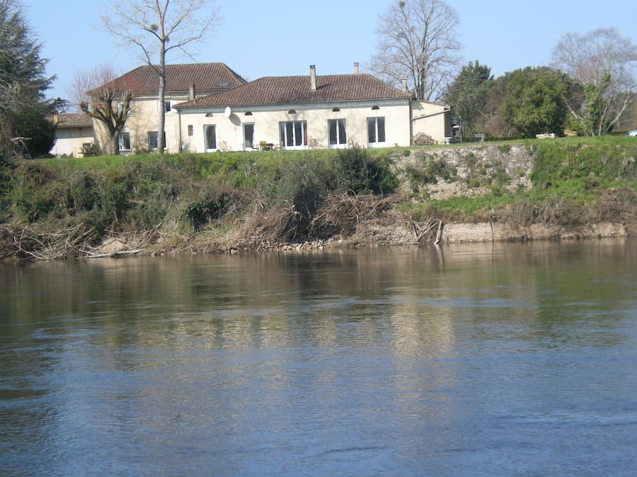 Le Manoir enjoys a dominant posistion overlooking the river Dordogne