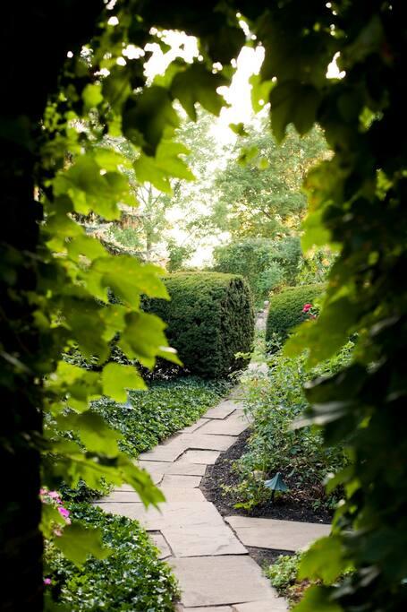 English garden rm w 5 course bkfst pernottamento e for Pernottamento new york