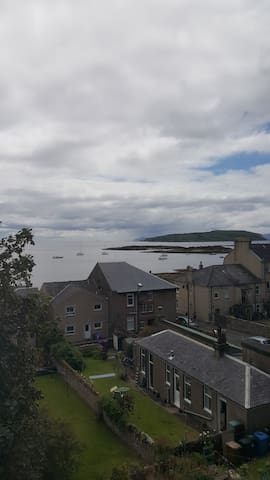 Well situated apartment for 2 to 4 in Millport.
