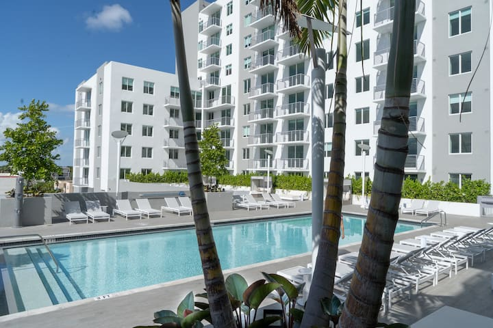 # 1118 + Modern condo with pool view 2/2  Jacuzzi